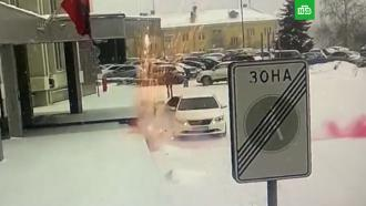 Машину спикера горсовета Красноярска обстреляли фейерверками