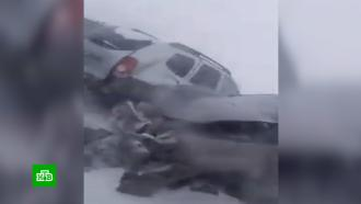 На заснеженной уральской трассе вмороз застряли сотни машин