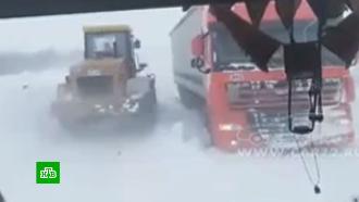 Сугробы в человеческий рост: Челябинская область освобождается из снежного плена
