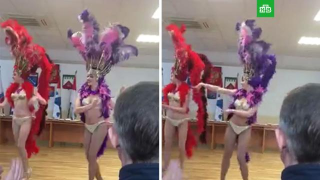 Чиновницы из Волхова удивили мужчин праздничными танцами вперьях.НТВ.Ru: новости, видео, программы телеканала НТВ