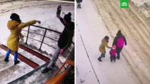 Жительница Подмосковья била чужих детей и бросалась на прохожих: видео.В городе Лосино-Петровский 29-летняя женщина побила двух детей, толкнула автомобилистку и попыталась сразиться с мужчиной, сидящим на корточках возле подъезда. Сейчас хулиганку задержали.Московская область, дети и подростки, драки и избиения, нападения, полиция.НТВ.Ru: новости, видео, программы телеканала НТВ