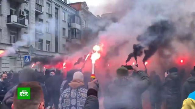 В Киеве националисты вышли на протесты и забросали петардами офис генпрокурора.Украина, митинги и протесты, Киев, беспорядки.НТВ.Ru: новости, видео, программы телеканала НТВ