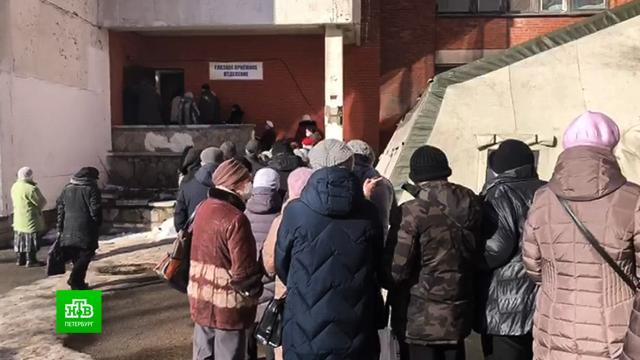 Перед 2-й городской больницей Петербурга выстроилась очередь.Санкт-Петербург, больницы, коронавирус, эпидемия.НТВ.Ru: новости, видео, программы телеканала НТВ