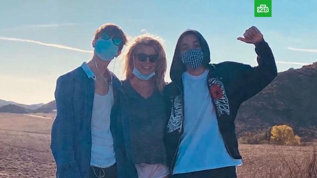 Бритни Спирс показала своих подросших сыновей.Американская певица Бритни Спирс показала поклонникам редкую фотографию со своими подросшими сыновьями.дети и подростки, знаменитости, шоу-бизнес.НТВ.Ru: новости, видео, программы телеканала НТВ