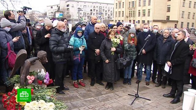 Петербуржцы и родственники погибших врачей принесли цветы к «Печальному ангелу».Санкт-Петербург, врачи, коронавирус, памятники, эпидемия.НТВ.Ru: новости, видео, программы телеканала НТВ