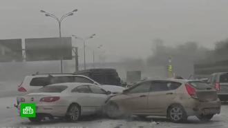Массовые ДТП имногокилометровые пробки: снегопад вМоскве идет на рекорд