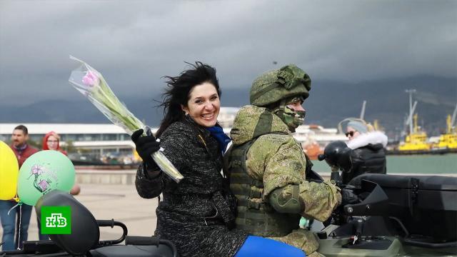 Российские военные поздравили женщин снаступающим 8Марта.8 Марта, армия и флот РФ, женщины, торжества и праздники.НТВ.Ru: новости, видео, программы телеканала НТВ