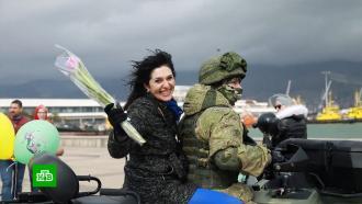 Российские военные поздравили женщин снаступающим 8Марта
