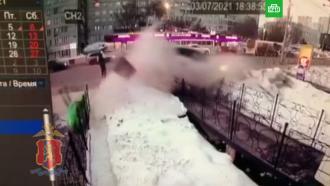 ВКрасноярске пикап на полной скорости влетел востановку слюдьми