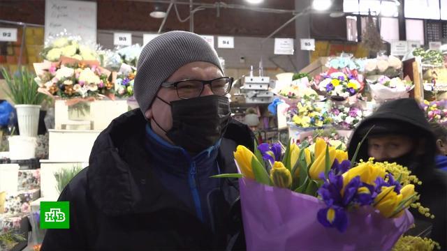 Цветы иполезные гаджеты: как вРоссии поздравляют женщин с8Марта