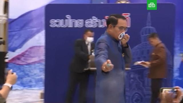 Премьер-министр Таиланда облил журналистов антисептиком в ответ на неудобный вопрос.Таиланд, журналистика, коронавирус, СМИ.НТВ.Ru: новости, видео, программы телеканала НТВ