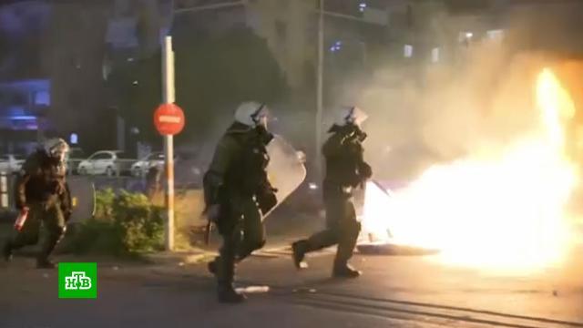Протестующие в Афинах попытались взять штурмом полицейский участок.Греция, беспорядки, митинги и протесты, полиция, Афины.НТВ.Ru: новости, видео, программы телеканала НТВ