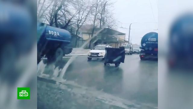Сумасшедшая весна: на Кубани ураганный ветер сносит сдороги грузовики.Краснодарский край, Новороссийск, погода, штормы и ураганы.НТВ.Ru: новости, видео, программы телеканала НТВ