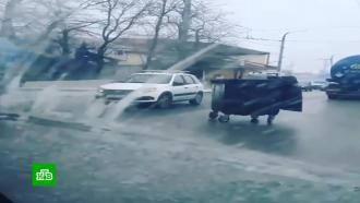 Сорванные крыши ивыезжающие на дорогу мусорные баки: последствия снегопада на Кубани