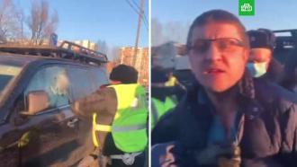 Задолжавшего 3млн москвича задержали, выбив ему стекла вмашине