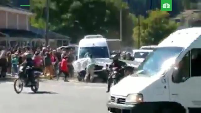 Машину президента Аргентины забросали камнями.Аргентина, беспорядки, митинги и протесты.НТВ.Ru: новости, видео, программы телеканала НТВ