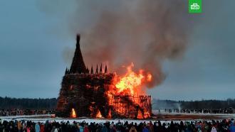 ВКалужской области сожгли гигантский «замок <nobr>корона-людоеда»</nobr>: видео