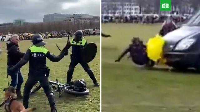 Жесткие задержания полицией митингующих вГааге сняли на видео.Европа, Нидерланды, карантин, коронавирус, прививки.НТВ.Ru: новости, видео, программы телеканала НТВ