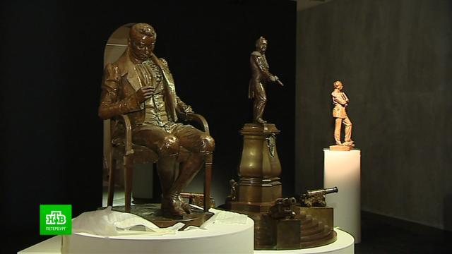 Петербургский «Манеж» превратил скульптуру воперных героев