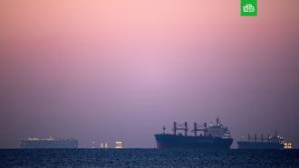 Навигацию по Суэцкому каналу возобновят после начала прилива