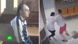 Выжившей медсестре показали всуде, как пьяный муж резал ее ножом