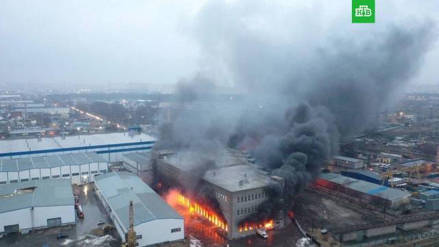 Площадь пожара на складе химии в Люберцах выросла, есть угроза обрушения.Московская область, пожары.НТВ.Ru: новости, видео, программы телеканала НТВ