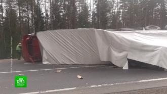 Упавшая на бок фура парализовала движение на трассе «Скандинавия»