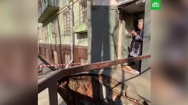 Асфальт провалился перед подъездом многоэтажки вМоскве.НТВ.Ru: новости, видео, программы телеканала НТВ
