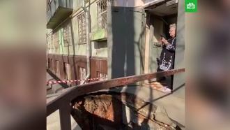 Асфальт провалился перед подъездом многоэтажки вМоскве
