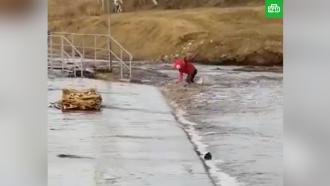 В Башкирии девочку на роликах едва не унесло мощным потоком талой воды