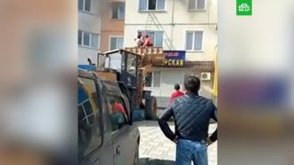 Сахалинские рабочие спасли жильцов горящей квартиры, пересадив их вковш погрузчика