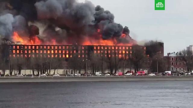 В горящем здании «Невской мануфактуры» рухнули кровля и перекрытия.пожары, Санкт-Петербург.НТВ.Ru: новости, видео, программы телеканала НТВ
