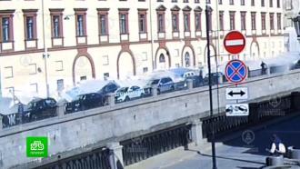 Прокуратура Петербурга выясняет, почему забор рухнул на автомобили