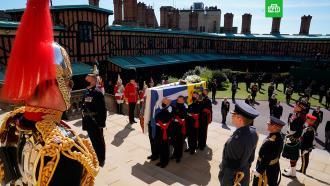 Принц Филипп похоронен в часовне святого Георгия в Виндзорском замке.Супруг королевы Великобритании Елизаветы II принц Филипп похоронен в часовне святого Георгия в Виндзорском замке. Из-за пандемии коронавируса на похоронах присутствовали лишь 30 ближайших родственников покойного.Великобритания, Елизавета II, монархи и августейшие особы, похороны.НТВ.Ru: новости, видео, программы телеканала НТВ