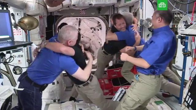 Астронавты сCrew Dragon перешли на МКС.космонавтика, космос, МКС.НТВ.Ru: новости, видео, программы телеканала НТВ