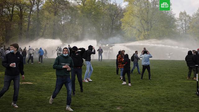 ВБрюсселе полиция разогнала водометами участников антикарантинной акции.Бельгия, коронавирус, митинги и протесты, полиция.НТВ.Ru: новости, видео, программы телеканала НТВ