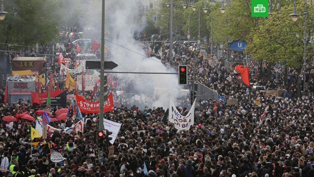 Радикалы вБерлине забросали полицейских бутылками иподожгли баррикады.Германия, коронавирус, митинги и протесты, полиция.НТВ.Ru: новости, видео, программы телеканала НТВ