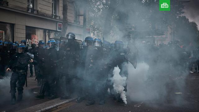 Полицейские пострадали во время первомайской манифестации вПариже.Париж, Франция, коронавирус, митинги и протесты, полиция.НТВ.Ru: новости, видео, программы телеканала НТВ
