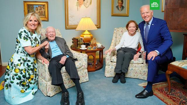 В Сети высмеяли фото гигантского Байдена.Странная фотография нынешнего главы Белого дома Джо Байдена и его супруги в гостях у 39-го президента США Джимми Картера насмешила пользователей Сети и стала интернет-мемом.Байден, США.НТВ.Ru: новости, видео, программы телеканала НТВ