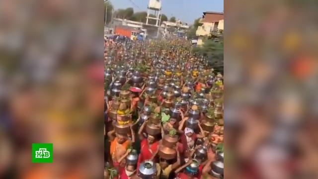 Толпа индийцев устроила массовую молитву об избавлении от COVID-19.болезни, здоровье, Индия, коронавирус, эпидемия.НТВ.Ru: новости, видео, программы телеканала НТВ