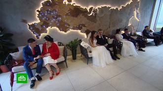 Тридцать пар поженились на канатной дороге в Москве.НТВ.Ru: новости, видео, программы телеканала НТВ