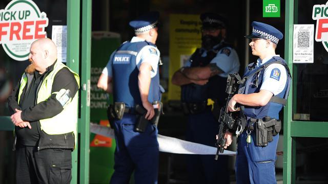 Мужчина изрезал ножом пятерых человек в супермаркете в Новой Зеландии.Пять человек пострадали в результате атаки с ножом в супермаркете города Данидин на юге Новой Зеландии..Новая Зеландия, магазины, нападения.НТВ.Ru: новости, видео, программы телеканала НТВ