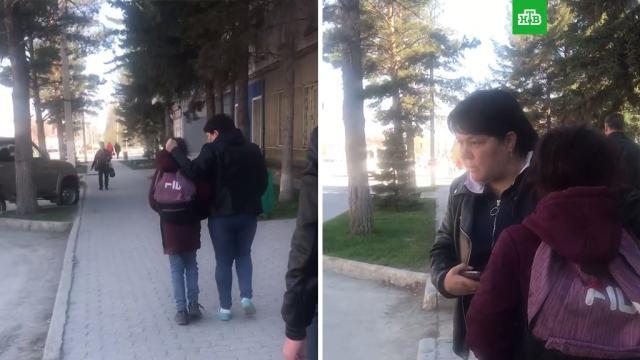 СК под Новосибирском проверит видео, на котором женщина таскает дочь за волосы.НТВ.Ru: новости, видео, программы телеканала НТВ