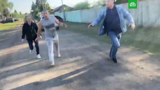 Родственники подозреваемых всъемках порно сподростками напали на репортеров НТВ.НТВ, Омская область, дети и подростки, криминал, нападения, порнография, эксклюзив.НТВ.Ru: новости, видео, программы телеканала НТВ