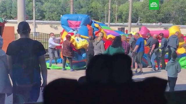 В Барнауле двое детей упали с лопнувшего батута на трамвайные пути.Барнаул, дети и подростки, несчастные случаи.НТВ.Ru: новости, видео, программы телеканала НТВ