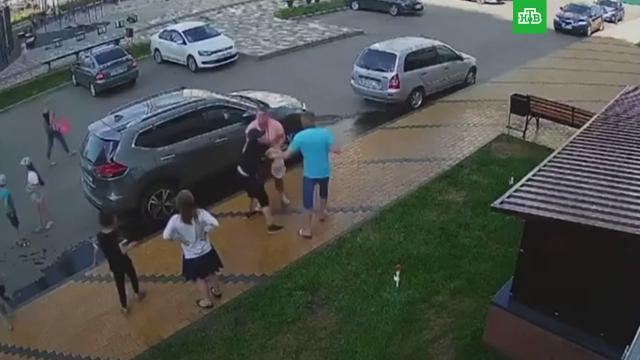 Избиение подростка двумя взрослыми вВоронеже попало на видео.Воронеж, дети и подростки, драки и избиения.НТВ.Ru: новости, видео, программы телеканала НТВ