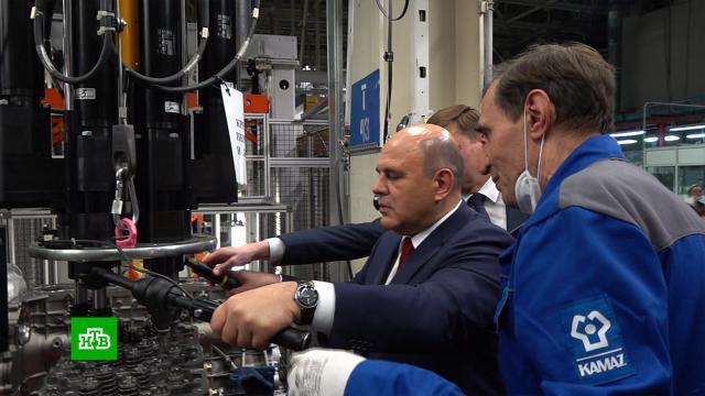 Мишустин попробовал себя в роли рабочего на заводе «КамАЗа»