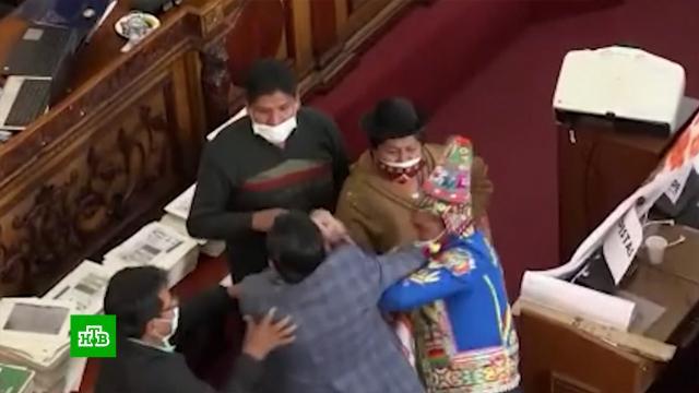 Массовая драка впарламенте Боливии: сцепились даже женщины.Боливия, драки и избиения, парламенты, скандалы.НТВ.Ru: новости, видео, программы телеканала НТВ