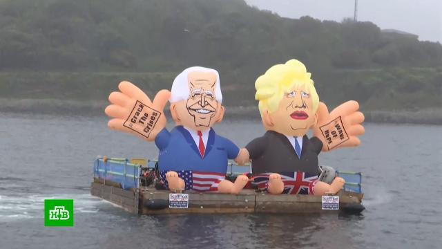 Участников саммита G7встретили надувные Джонсон сБайденом