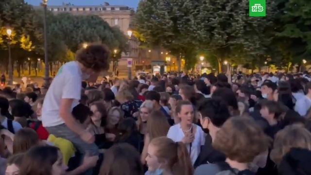 ВПариже полиция разогнала нелегальную вечеринку на полторы тысячи человек.Париж, Франция, беспорядки, коронавирус, молодежь, полиция.НТВ.Ru: новости, видео, программы телеканала НТВ